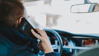Google si nechal patentovat systém, který řidiči zcela znemožní používat mobil za volantem