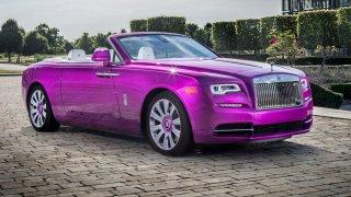 Milovník pestrých barev má hodně odvážnou sbírku luxusních aut