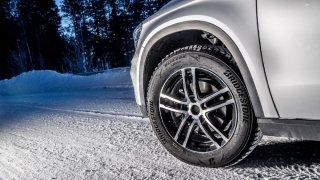 Zimní pneumatiky fungují výrazně lépe než ty letní na sněhu a ledu. Na suchu a mokru jsou horší