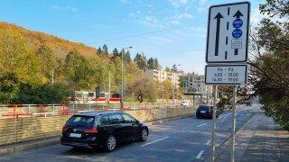 Řidiči se zbytečně bojí autobusových pruhů. Radši jedou vlevo, i když vůbec nemusí