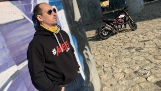 Lukáš Pešek nově testuje motorky pro televizní Autosalon. Nebude jezdit kilometry po zadním kole
