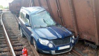 Nákladní vagony samy ujely z vlečky a na přejezdu smetly auto. Řidič je zraněný