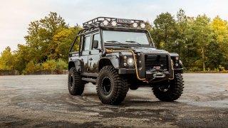 Do aukce jde filmový Land Rover Defender. Proháněl Jamese Bonda