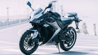 Na motorky Dongma stačí řidičák na auto. Přitom některé dokáží jet až 150 km/h, a to bezemisně