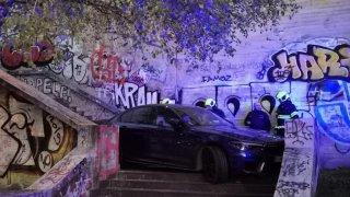 BMW na schodech