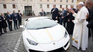 Papež a Lamborghini Huracán