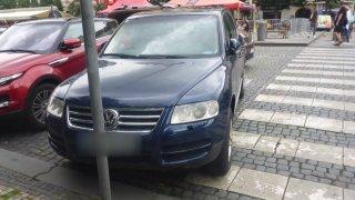 Arogantní řidič Touaregu zaparkoval na přechodu a bránil se odtahu. Bránila ho i jeho maminka