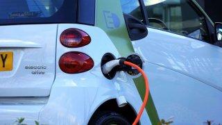 Na nové dobíjecí stanice elektromobilů půjde dalších 130 milionů