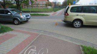 Cyklista se v Prostějově přerazil o tažné lano mezi dvěma auty. Skončil v nemocnici
