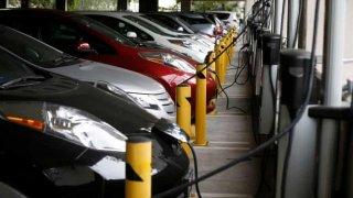Zákaz vjezdu elektromobilů. Německým podzemním garážím došla trpělivost s požáry