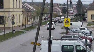 Šofér se při vystupování nepodíval do zrcátka a srazil seniorku na kole. Hledá ho policie
