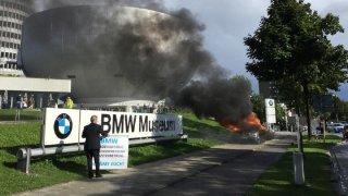 Ital veřejně ničí a zapaluje svá BMW