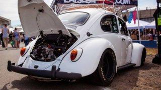 Klasický VW Beetle ze 60. let s motorem Subaru.