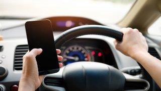 Uvažuje se o úplném zákazu telefonování v autech. I s hands free