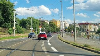 Zpackané pruhy v Podolí ukazují, jak Praha tlačí cyklistiku. Po kritice je opět přemalovala