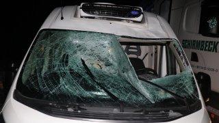 Z neočištěného kamionu spadl u Stříbra led na dodávku a zranil řidiče. Šofér náklaďáku ujel