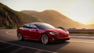 Nové elektromobily musí od včerejška vytvářet zvuk při jízdě. Poslechněte si některé z nich