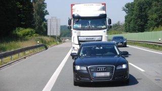 Řidič náklaďáku viděl, že ho policie natáčí, přesto nedokázal mobil odložit