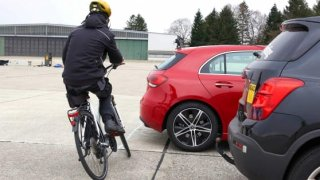 Podle poslance Dolínka může řidič být trestán za nedodržení 1,5m odstupu od cyklisty i bez měření