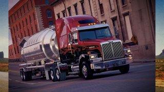 Rudá hvězda z Ameriky má jubileum! Padesát let září na přídi nákladních vozů Western Star, nyní pod taktovkou německého Daimlera!