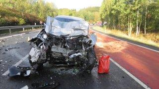 Nejhorší řidič je ten mladý s laciným autem. Jeho jízda často končí tragicky, říká statistika
