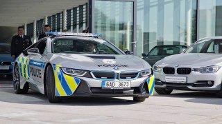 Výmluvy a tajnosti. Případ zničeného policejního BMW i8 se zamotává