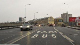 Do jízdního pruhu pro autobusy můžete i přes zákaz. Má to ale jednu podstatnou podmínku