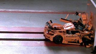 Zpomalený crash test Porsche z Lega je dokonalá relaxace