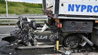 Toyota Corolla zůstala zaklíněná mezi dvěma kamiony. Z auta zbyl šrot, přesto nehoda dopadla dobře