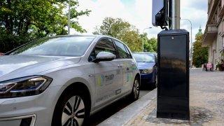 Praha utratí ze podporu elektromobility 800 milionů. Auta se budou dobíjet z veřejného osvětlení