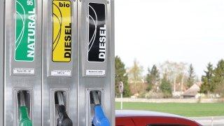Kdo natankoval omylem benzin do dieselu, neměl by ani otvírat dveře u řidiče. Hned je oprava dražší
