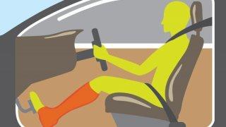 Nejen za řízení pod vlivem alkoholu hrozí velká pokuta. Řídit by se nemělo ani s malíčkem v sádře
