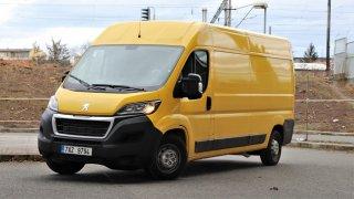 Řízení Peugeotu Boxer má k jízdě s osobákem daleko. Na rozdíl od Partnera ho totiž nevyrábí Peugeot