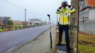 Obec straší řidiče kovovým policistou s fénem místo radaru. Živých je málo, říká starosta