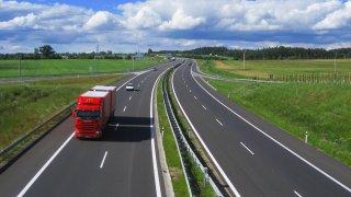 Ministr dopravy rozšířil od ledna zákaz předjíždění pro kamiony na dálnicích. Trvale bude na 145 km