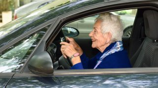 senior za volantem