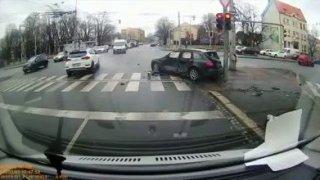 Video: Mladou ženu v Ostravě málem smetlo nabourané auto. Zachránil ji sloup