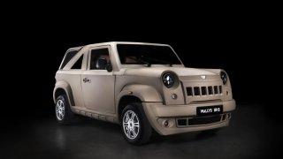 O kapotu Wallysu, tuniské napodobeniny Jeepu Willys, se dají rozbíjet cihly. Pepa ji testoval