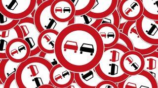 Na úplně rovné silnici vznikl čtyřicetikilometrový zákaz předjíždění. Řidiči z toho šílí