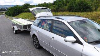 Špatně naložený vozík se ve vysoké rychlosti na dálnici D8 rozkmital a poslal auto do smyku