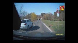 Dva šílenci předjížděli před přejezdem a na plné čáře. Předjížděný řidič dal policii záznam z kamery