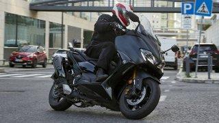 Test: Yamaha TMAX 560 je králem mezi skútry. Geniálně kombinuje komfort a jízdní potěšení