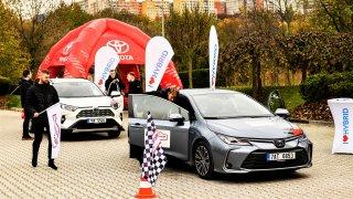 Projeli jsme v hybridní Toyotě Corolla Prahu za 3,7 l benzinu na 100 km. Mrzli jsme a ploužili se