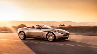 Nádherný roadster Aston Martin DB11 Volante. 2