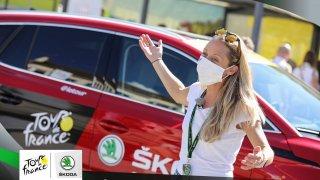 Exkluzivně z Tour de France: Jezdili jsme se Škodou Enyaq v pelotonu