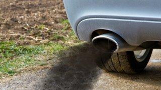 Francie zcela zakáže dieselová i benzinová auta. A už ví kdy