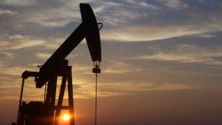 Ceny benzinu a nafty se vrací o dvanáct let zpět. Nebýt daní, stál by litr paliva kolem deseti korun