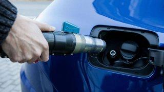 Praktičtější než elektrovůz, levnější než diesel, víc eko než benzíňák. To jsou výhody aut na CNG