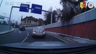 Řidiče v Praze naboural feťák v kradeném autě a z místa ujel. Poškozeného ale hrubě podcenil