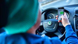 Každý dvanáctý řidič hraje za volantem na mobilu hry. Z nepozornosti pak zabíjí